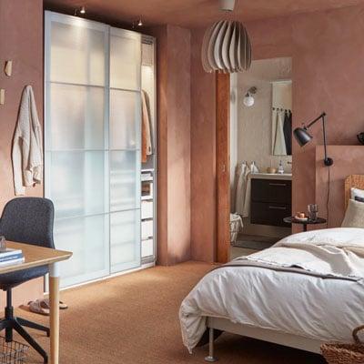 Dressing fermé par des portes coulissantes pour aménager une petite chambre de 9 m2 en colocation
