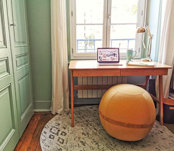 Bureau sous la fenêtre avec siège ballon