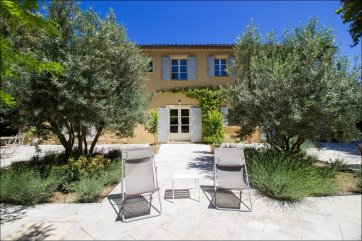 Luberon villages Provence France Rent-Our-Home rentourhomeinprovence Lourmarin Nouveau Roucas