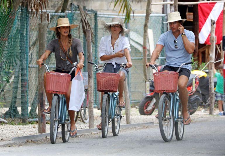 elle-macpherson-riding-a-bike-in-tulum-mexico_5