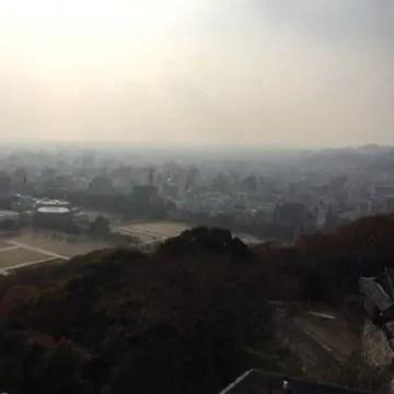 松山城から見た靄が懸かる松山市