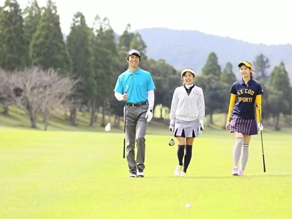 男女グループでゴルフ
