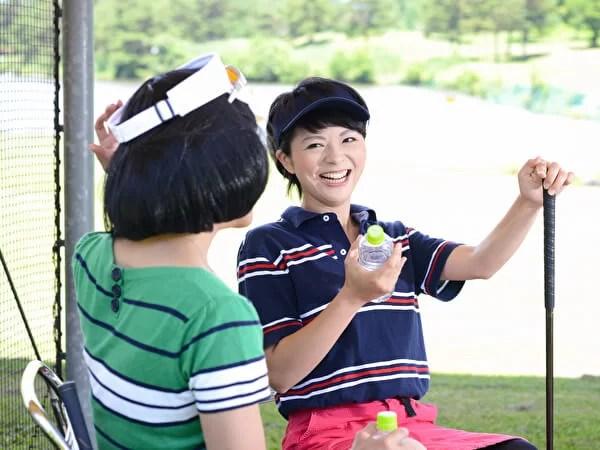 ゴルフ場で会話をする女性たち