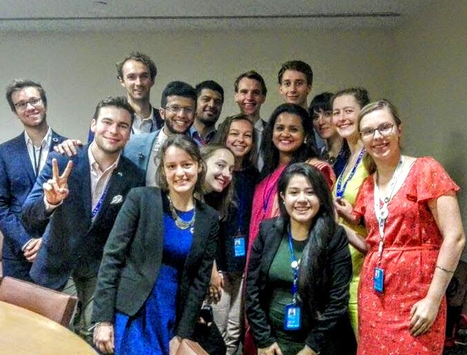 En stor grupp ungdomsdelegater (ca 15 st) står i en grupp tillsammans med Jayathma.