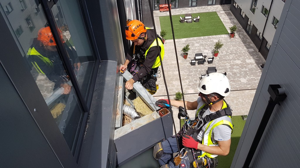 Abseiling coping installation