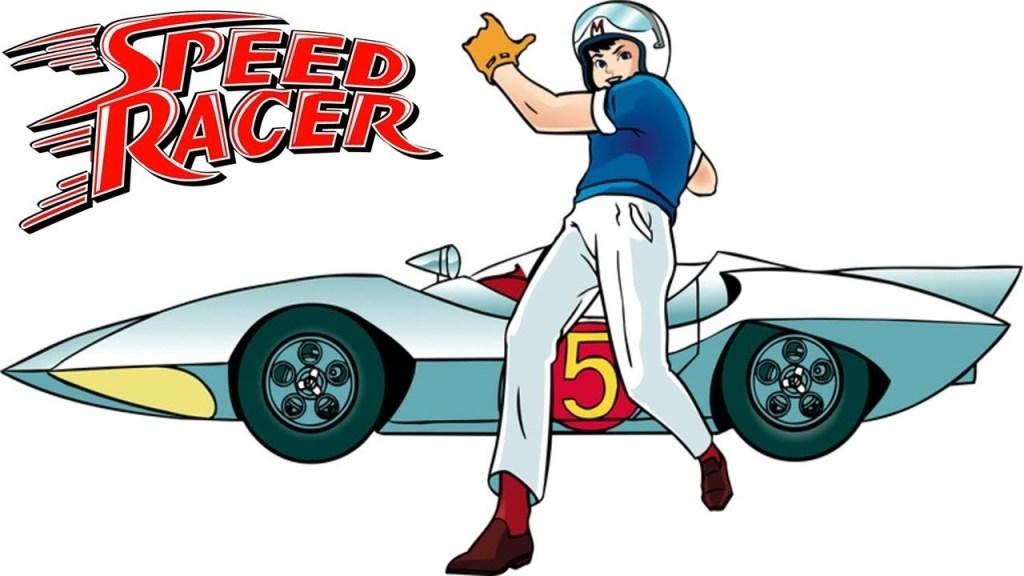 speed racer em sua pose icônica ao lado do mach 5