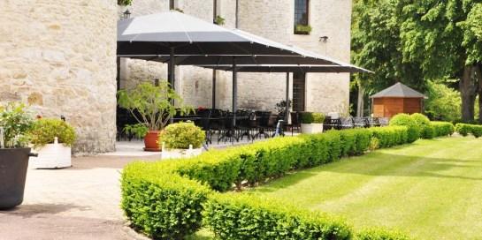 Gardens-and-terrace-Chateau-La-Fleunie-3-star-Condat-sur-Vezere_1200.600.crop S.photo.3eda1