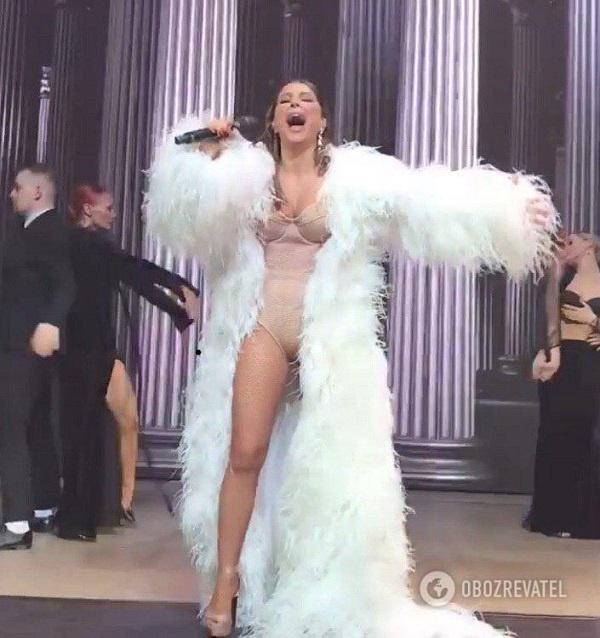 «Еще бы голая вышла»: Ани Лорак разозлила фанатов «костюмом Чубаки»