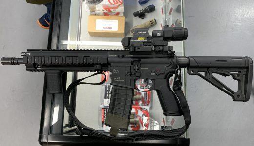 お店にある商品だけで銃を装飾しました。