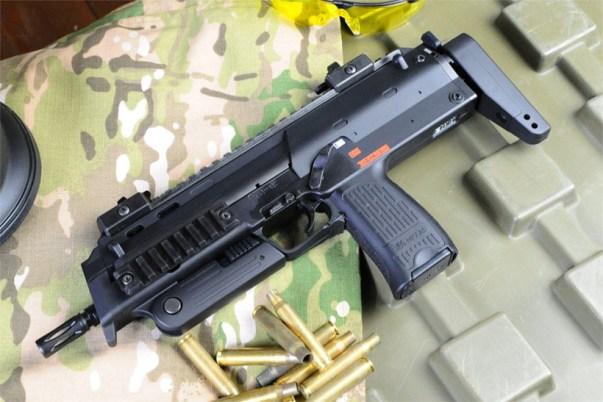 東京マルイ 電動マシンガン MP7A1のストックを伸ばした状態
