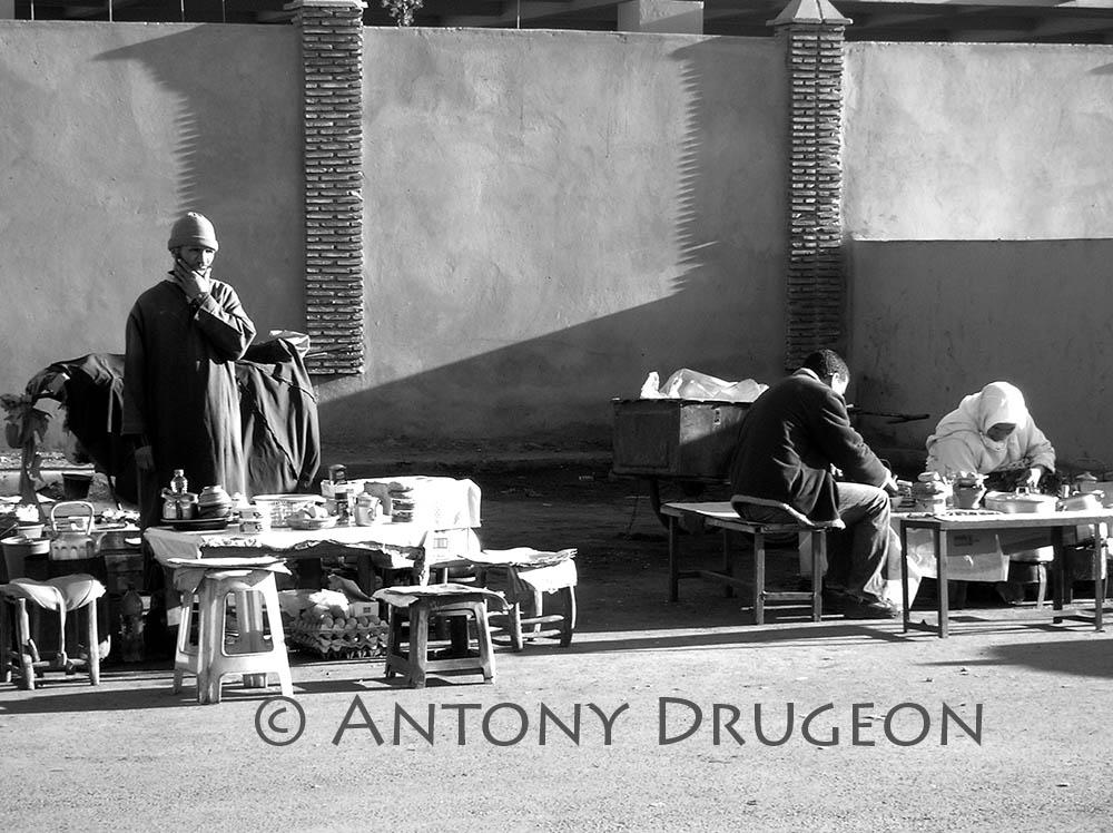 Petit-déjeuner, gare routière à Marrakech.
