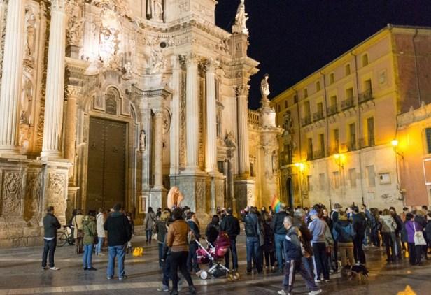 Une centaine de manifestants dénonçant l'influence de l'église catholique et de l'opus dei sur le projet de loi du Partido Popular