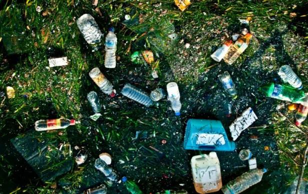 La mer pleine de déchets plastiques.