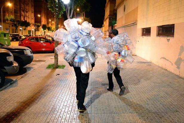 Le soir, à Melilla, impossible de rater les ramasseurs de bouteille en plastique. Crédit : AD