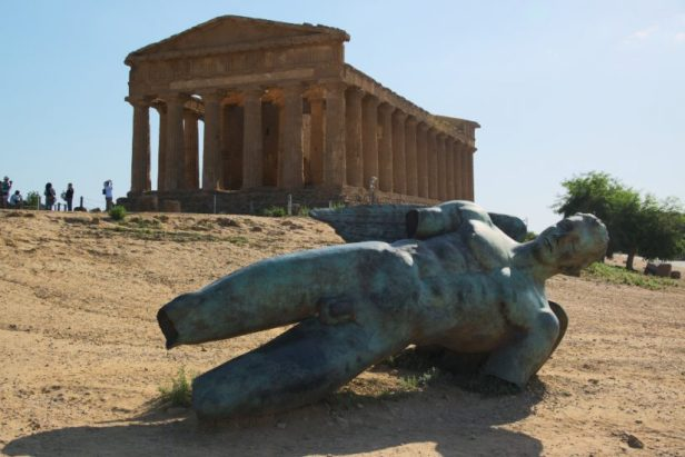 Temple grec à l'arrière plan, statue en bronze de type grec au premier