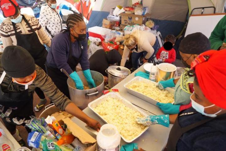 Con el fin dedar dos comidas diarias a la multitud, Casa de Luz creó turnos rotativos de cocineros y llevó todas las herramientas necesarias al propio lugar de los hechos. Foto: Casa de Luz