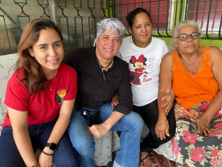 La abogada Nadia Mejía junto con la coordinadora de la Red Lésbica, Cattrachas, Indyra Mendoza con la familia de Vicky Hernández, su hermana Tatiana y su madre Rosa. Foto: Dunia Orellana