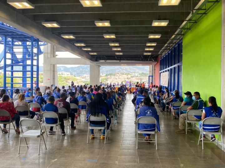 Las vacunaciones en el Polideportivo de la UNAH a empleados nacionalistas.