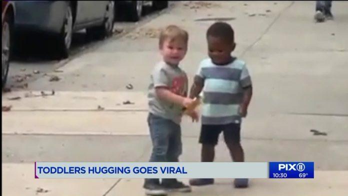En medio de protestas contra el racismo, se vuelve viral este tierno abrazo de niños