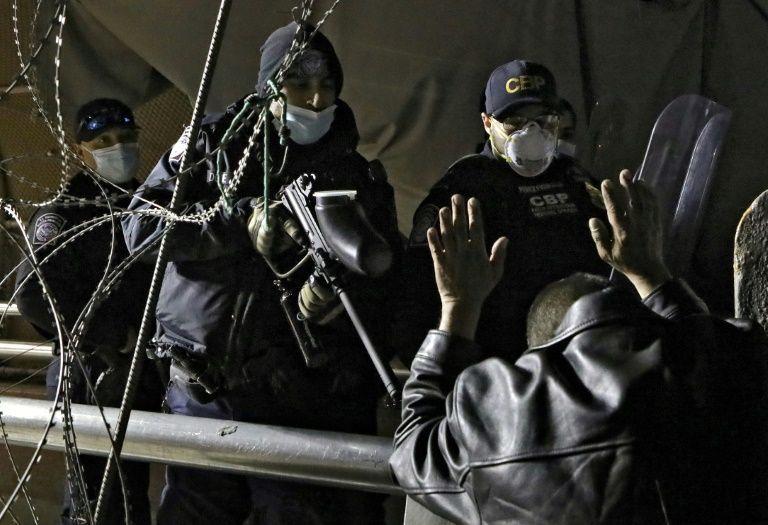 Migrantes demandan cruzar a EE.UU. para solicitar asilo