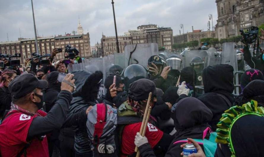 #CDMX   Afuera de Palacio Nacional se enfrentan feministas con elementos policiacos por caso Salgado Macedonio