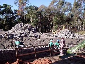 Trabalhadores sem EPI adequado em canteiro de obra para recuperação do meio ambiente na fábrica da Shell/Basf
