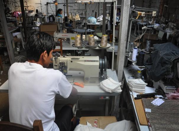 Trabalhadores produzindo peças para a Lojas Americanas. Foto: MPT/Divulgação