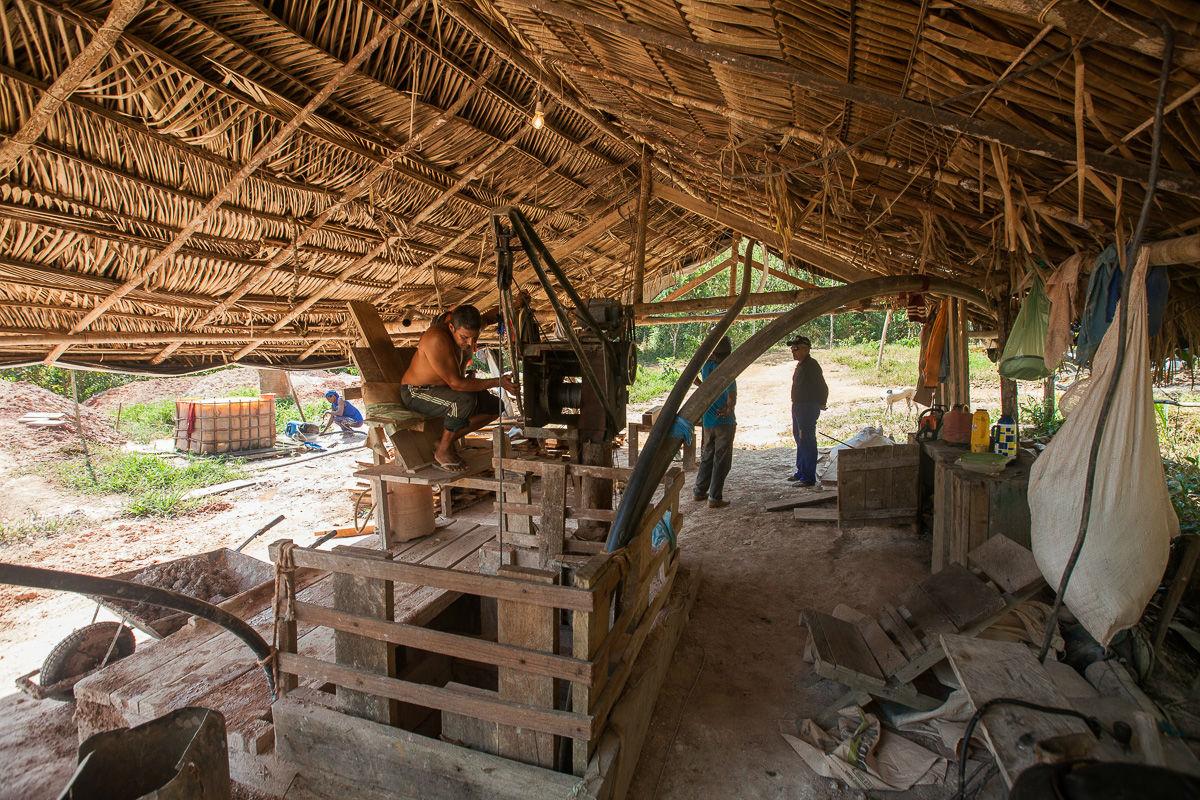 O garimpo feito pelos moradores da comunidade São José é baseado em extração artesanal Foto: Guilherme Gomes