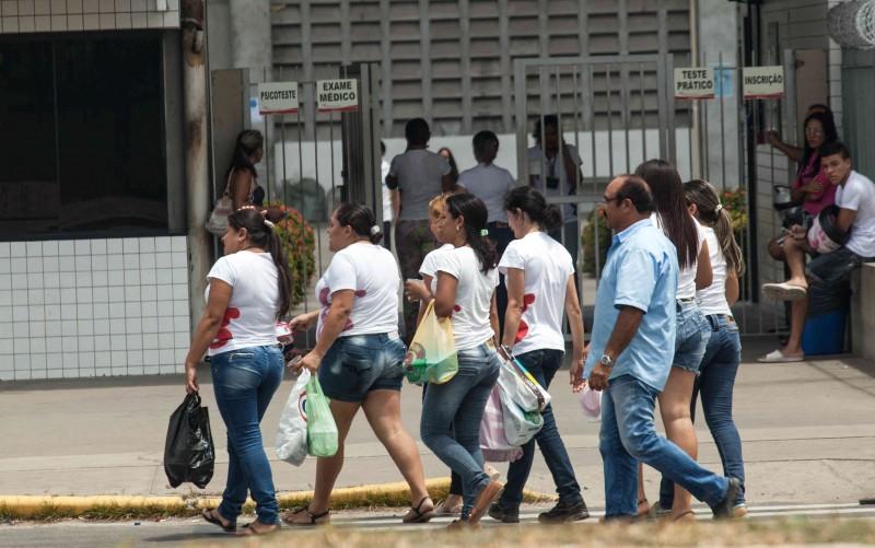 Funcionárias da Guararapes, grupo Riachuelo, entram para a jornada de trabalho na fábrica em Natal, Rio Grande do Norte (Foto: Lilo Clareto)