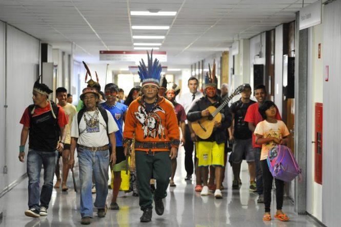 Indígenas guaranis chegam à assembleia em São Paulo. Foto: Ascom/Alesp