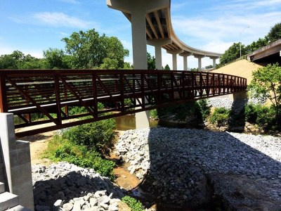 The walking bridge on the Cheshire Farm Trail crossing Peachtree Creek under the new Georgia 400 flyover ramp. (Courtesy of The South Fork Conservancy)