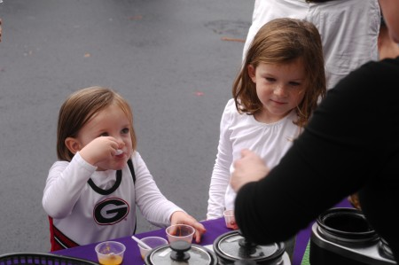 Amy Smith of Mad Mama Gourmet gives soup samples to (left) Lottie Barnwell, 3, and Murphy Barnwell, 5. (Photo by Phil Mosier)