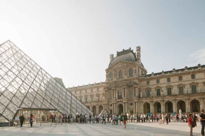 long lines in front of louvre museum