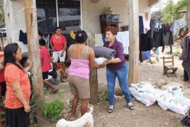PRIMERA DAMA EN JMM,  MINERVA PERAZA HERNÁNDEZ, LLEVA DESPENSAS Y COBERTORES EN COMUNIDADES RURALES