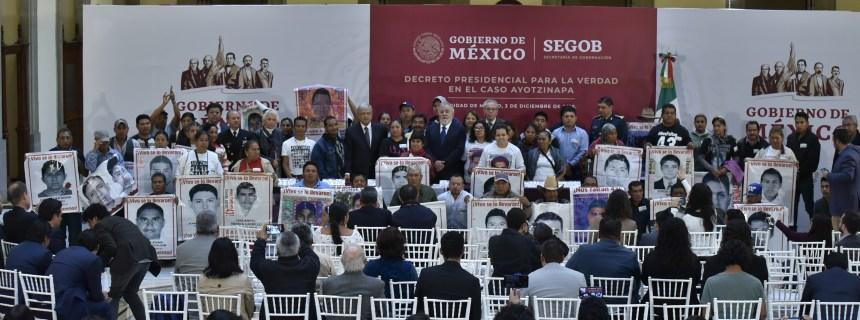 03-12-18 FOTO 01 FIRMA DECRETO PRESIDENCIAL PARA LA VERDAD EN CASO  AYOTZINAPA.jpg