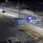 GRABAN EL MOMENTO EN QUE UN AUTO IMPACTA A UN MOTOCICLISTA EN ATENCO