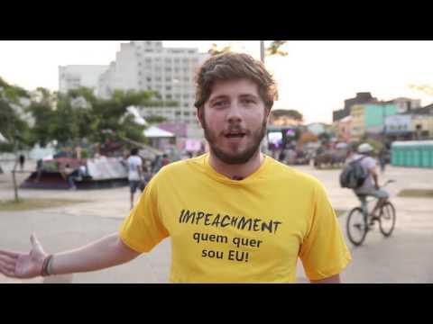 Repórter veste a camisa e testa tolerância política nas ruas