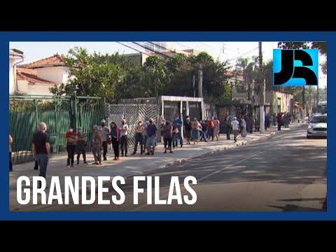 Em São Paulo, filas marcam o início da vacinação de pessoas entre 60 a 62 anos