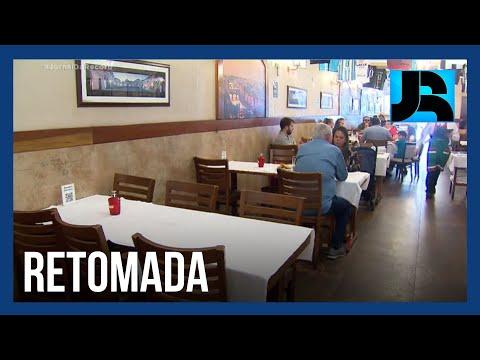 Governo de SP antecipa imunização e anuncia fim de restrições para lojas, bares e restaurantes