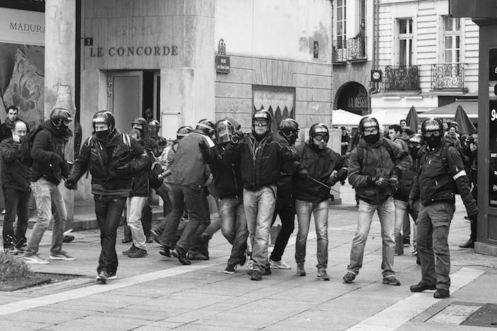 """Les violences en manifestation<small class=""""fine""""></small>? Cherchez les policiers en civil"""