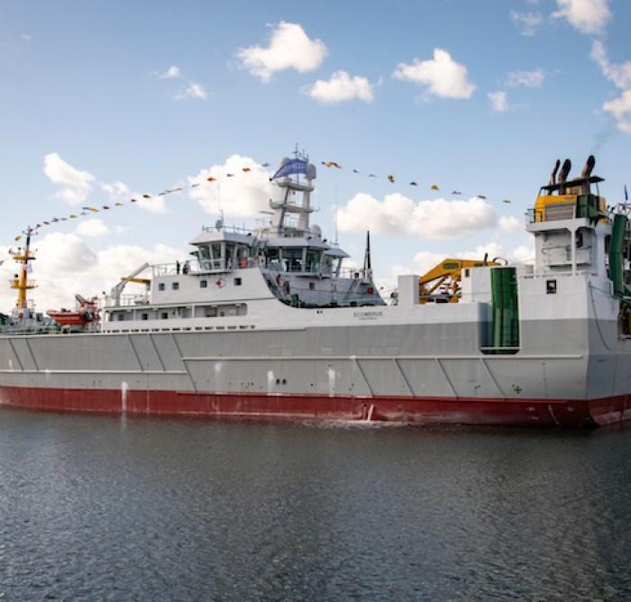 Le Scombrus. Ce bateau peut amasser 200 tonnes de poisson en une nuit quand un bateau de moins de 12 mètres se situe autour de quelques tonnes par an