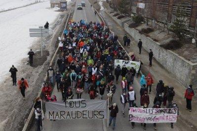À Montgenèvre, dans les Alpes, Français et Italiens ont manifesté par solidarité avec les migrants