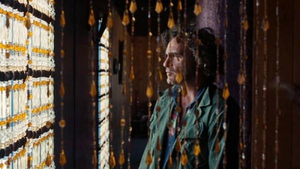 """Joaquin Phoenix é a """"Alice"""" num """"País de não Maravilhas"""" projectado por Paul Thomas Anderson."""