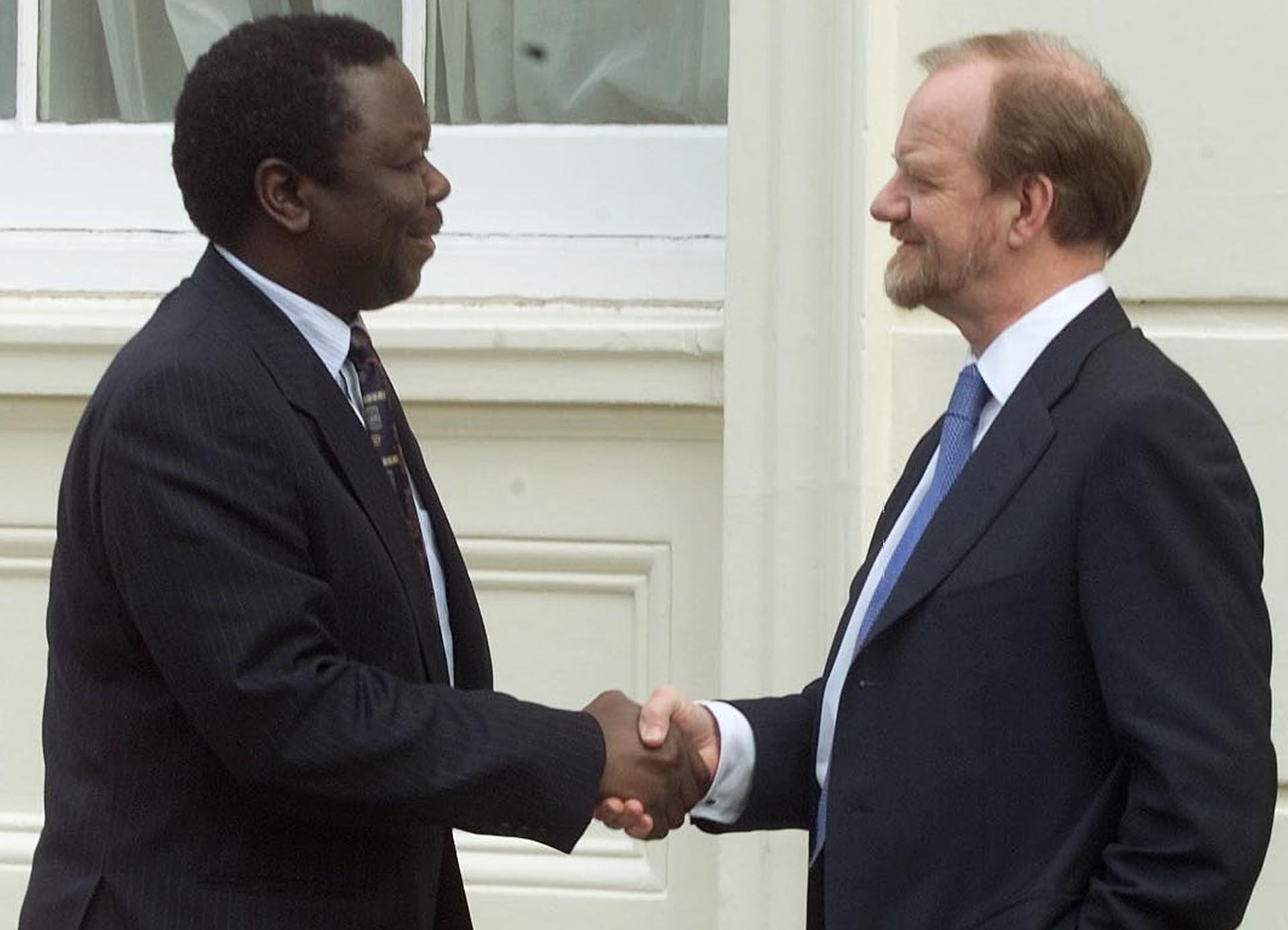 Meeting Robin Cook, the then UK foreign secretary, to discuss tensions in Zimbabwe caused by the seizure of white-owned farms, in April 2000.
