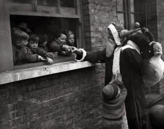 santa-greeting-children