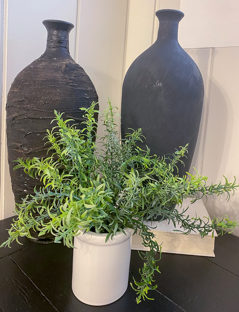 Two vases with a planter in front of them
