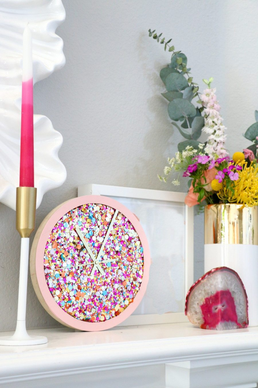 These colorful clocks will brighten up your space adding fun to it, read the tutorials, choose and go craft one or several ones for cheering up your space.