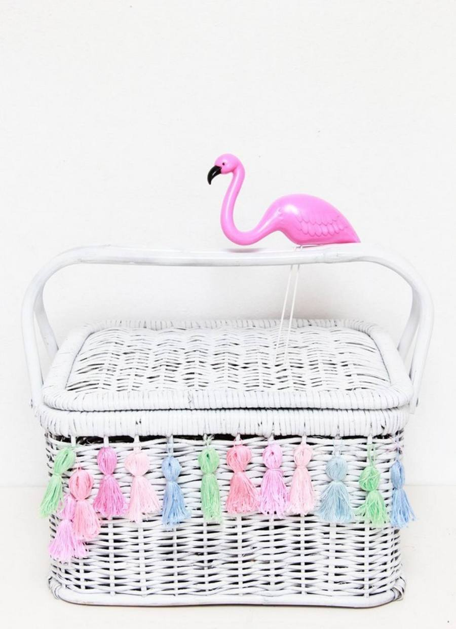 Every picnic requires a big picnic blanket and a picnic basket full of delicious snacks! You can actually make one yourself and draw inspiration from this selection of DIY picnic baskets!