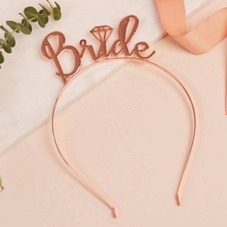 Are you getting married soon, or do you know someone who is? Have you given any thought at all to your wedding party gifts? Traditionally, you would offer a special gift to your bridesmaids and groomsmen.