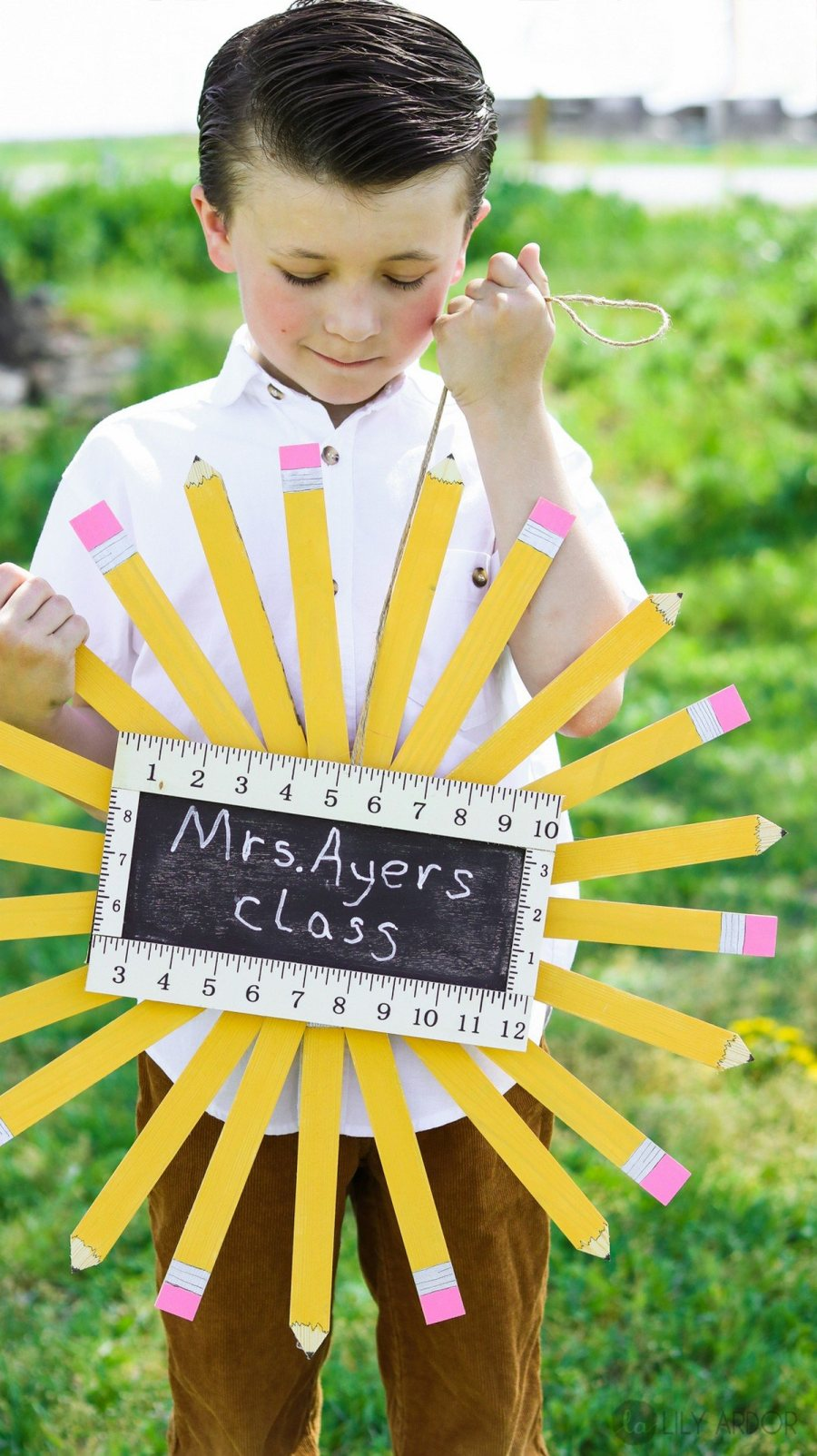 The back to school time is on, and a back to school wreath is a great piece to decorate for this time or a perfect teacher appreciation gift craft project anyone can do.